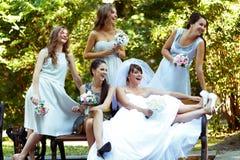 Les filles regardent loin tout en se reposant sur le banc en parc Image stock