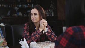 Les filles s'asseyent dans un café et parler Amies dans le latte de boissons de cafétéria banque de vidéos