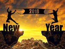Les filles sautant dans le coucher du soleil à la célébration de la nouvelle année 2018 Photos libres de droits