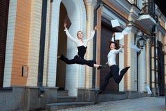 Les filles sautent heureusement et jettent des papiers photographie stock libre de droits