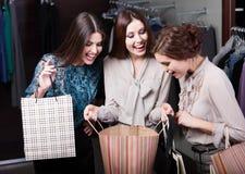 Les filles se demandent les achats de leur amie Photographie stock libre de droits