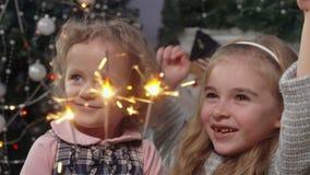 Les filles se réjouissent la combustion des feux du Bengale banque de vidéos