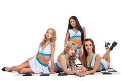Les filles sexy dans le Formule 1 vêtx se reposer sur le drapeau photo libre de droits