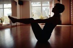 Les filles silhouettent dans le gymnase de yoga image stock