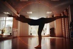 Les filles silhouettent dans le gymnase de yoga photos libres de droits