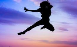 Les filles silhouettent des arts martiaux de pratique Images libres de droits