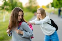 Les filles sont des écolières Été en nature La prise du ` s met en sac loin Combat après les leçons Éducation pauvre de images libres de droits