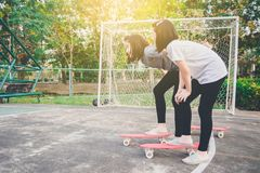 les filles sont prêtes à obtenir le début de faire de la planche à roulettes photographie stock libre de droits