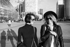 Les filles sourient dans des vêtements à la mode dans la défense de La, Paris Photos stock
