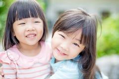 Les filles sourient heureusement en parc Images libres de droits