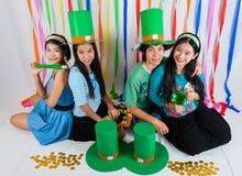 Filles thaïlandaises asiatiques le jour de St Patrick Photographie stock libre de droits