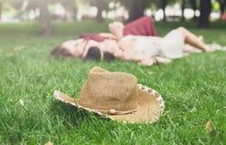 Les filles unfocused détendent en parc d'été, jeunes loisirs hippies d'amis Photographie stock libre de droits