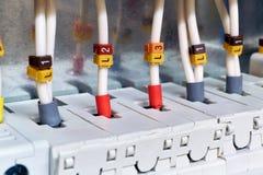Les fils électriques sont reliés aux disjoncteurs ou aux supports de fusible Les câbles ont isolé des terminaux Fiable et sûr photos stock