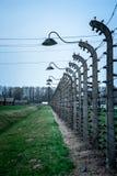 Les fils barbelés électriques de la concentration et de l'extermination nazies allemandes campent photographie stock