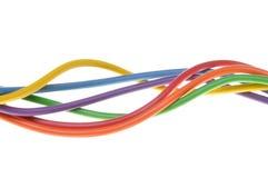 Les fils colorés électriques utilisés dans le réseau informatique électrique et Photo libre de droits