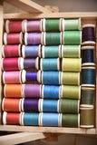 Les fils colorés dans la boîte en bois ont tiré avec la macro lentille Image stock