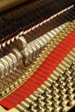 Les fils d'un piano images libres de droits