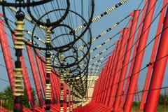 Les fils de communication mènent à la station de commutation à partir de la tour d'émetteur radioélectrique Photos stock