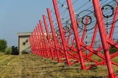 Les fils de communication mènent à la station de commutation à partir de la tour d'émetteur radioélectrique Images libres de droits