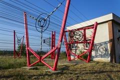 Les fils de communication mènent à la station de commutation à partir de la tour d'émetteur radioélectrique Photographie stock