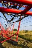 Les fils de communication mènent à la station de commutation à partir de la tour d'émetteur radioélectrique Image libre de droits