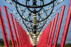 Les fils de communication mènent à la station de commutation à partir de la tour d'émetteur radioélectrique Image stock