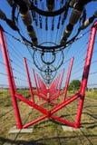 Les fils de communication mènent à la station de commutation à partir de la tour d'émetteur radioélectrique Images stock