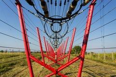 Les fils de communication mènent à la station de commutation à partir de la tour d'émetteur radioélectrique Photo libre de droits