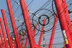 Les fils de communication mènent à la station de commutation à partir de la tour d'émetteur radioélectrique Photographie stock libre de droits