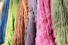 Les fils de coton organiques crus dans le plateau avec le fil coloré Photographie stock