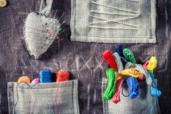 Les fils et les aiguilles colorés dans le tapis travaillent Photos stock