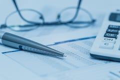 Les finances, analyse financière, rendant compte rendent compte feuille de calcul avec les verres et la calculatrice de stylo dan photos libres de droits