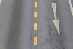 Les flèches indiquent la direction du trafic Images stock