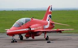 Les flèches rouges montrent des avions de faucon d'équipe, jet rapide moderne Photos libres de droits