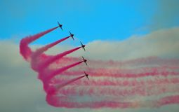 Les flèches rouges pilotant l'affichage Team Five Hawk Jets Photos stock