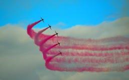 Les flèches rouges pilotant l'affichage Team Five Hawk Jets Photographie stock