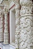 Les fléaux antiques avec découper les fleurs en pierre Photographie stock