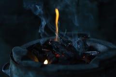 Les flammes brûlent dans le four images libres de droits