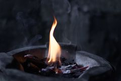 Les flammes brûlent dans le four photo stock