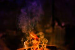 Les flammes brûlent dans le four image stock