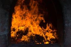 Les flammes brûlent dans le four Les flammes de flambage évasent dans le four photographie stock