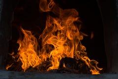 Les flammes brûlent dans le four Les flammes de flambage évasent dans le four images stock