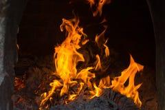 Les flammes brûlent dans le four Les flammes de flambage évasent dans le four photographie stock libre de droits