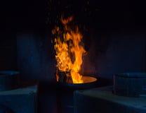 Les flammes brûlant dans un métal barrel et les diffusions étincelle Images stock