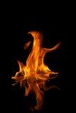Les flammes d'incendie se sont reflétées dans l'eau Photos libres de droits