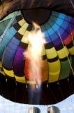 Les flammes d'un brûleur à l'intérieur d'une montgolfière enveloppent Photos libres de droits