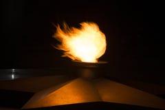 Les flammes de rouge sur un fond noir Mémorial du soldat inconnu dans le Caucase photographie stock