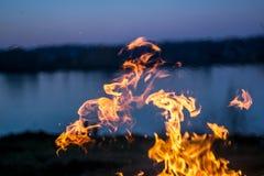 Les flammes du feu brûlant l'herbe images stock