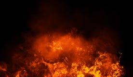 Les flammes du feu donnent une consistance rugueuse sur le fond noir d'isolement Recouvrements parfaits de texture pour l'espace  images libres de droits