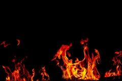 Les flammes du feu sur la texture noire de fond d'art abstrait, les étincelles d'un rouge ardent brûlantes se lèvent du grand feu photographie stock libre de droits
